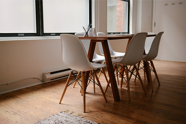 šeest židlí u stolu