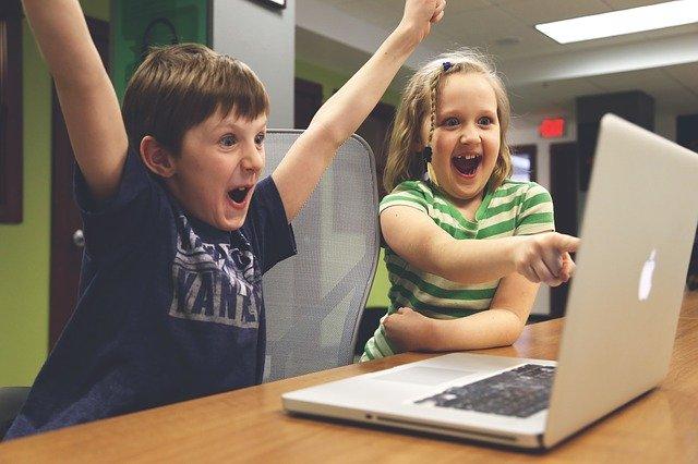 děti na počítači